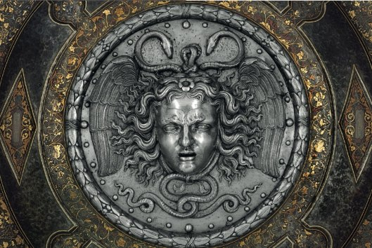 detalle-de-cabeza-de-medusa-que-adorna-la-rodela-escudo-de-forma-circular-de-parada-de-carlos-v-obra-de-filippo-y-francesco-negroli-1541